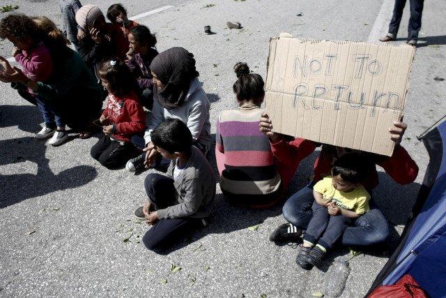 Γυναίκες και παιδιά σε καθιστική διαμαρτυρία που πραγματοποιούν πρόσφυγες στην Εθνική Οδό Θεσσαλονίκης - Ευζώνων, στο ύψος του Πολυκάστρου, ζητώντας να ανοίξουν τα σύνορα με τη ΠΓΔΜ, Δευτέρα 4 Απριλίου 2016. ΑΠΕ-ΜΠΕ/ΑΠΕ-ΜΠΕ/ΚΩΣΤΑΣ ΤΣΙΡΩΝΗΣ